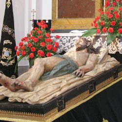 Statue of Jesus lying in the tomb by Cristo yacente Gregorio Fernandez (WikiCommons)