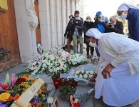 Two nuns lay flowers in front of the Notre-Dame de l'Assomption Basilica in Nice on October 30, 2020 during a tribute to the victims killed by a knife attacker the day before (Image by AFP)